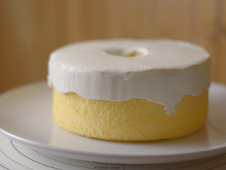 怎么搅拌都不起筋的大米粉戚风蛋糕,淋上奶盖。抹一抹。