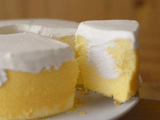 怎么搅拌都不起筋的大米粉戚风蛋糕,切开内部。
