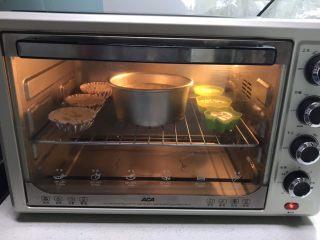 不加一滴水的原味蛋糕,把蛋糕模具放入提前预热好的烤箱里,上下火170W,烤40分钟
