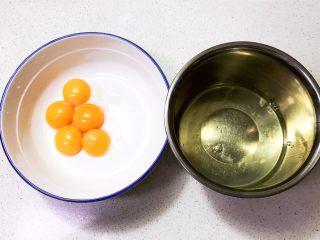 不加一滴水的原味蛋糕,把蛋清和蛋黄分开