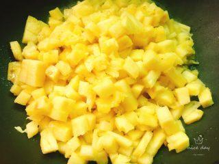 快手菠萝派+春天的味道,倒入菠萝丁,