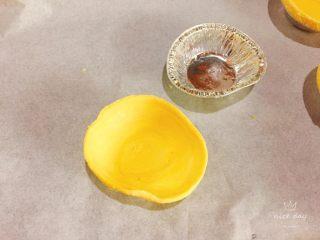 快手菠萝派+春天的味道,蛋挞皮解冻去掉外壳铝箔