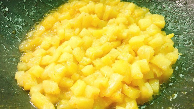 快手菠萝派+春天的味道,炒至变透明色即可,其中颗粒状更好吃,盛出放凉