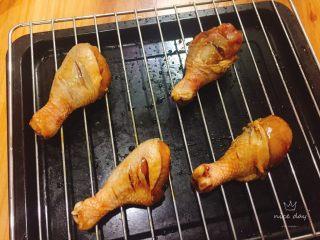 蜜汁香烤鸡腿,将腌好的鸡腿码放在烤架上