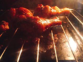 蜜汁香烤鸡腿,重新送入烤箱中层,200度15分钟