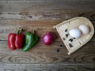 洋葱木耳炒鸡蛋#吃出好身材#,准备食材。