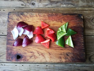 洋葱木耳炒鸡蛋#吃出好身材#,洋葱,青红椒切滚刀片。