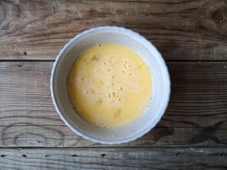 洋葱木耳炒鸡蛋#吃出好身材#,鸡蛋磕入碗中打散成蛋液。