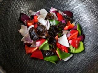洋葱木耳炒鸡蛋#吃出好身材#,不用放油接着下入各种蔬菜大火翻炒。