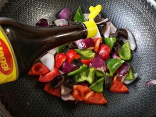 洋葱木耳炒鸡蛋#吃出好身材#,再加入味极鲜酱油。