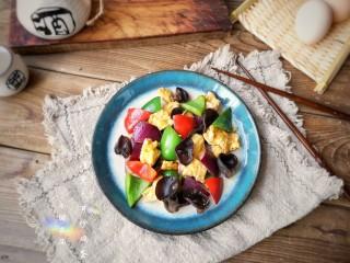 洋葱木耳炒鸡蛋#吃出好身材#,出锅装盘。