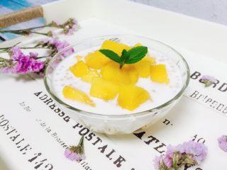 芒果西米露,取一器皿,舀入牛奶西米露再放上芒果粒,薄荷叶装饰