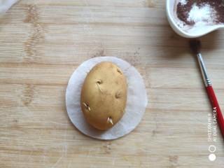 土豆造型豆沙包(馒头),用刷子刷到土豆面团上面。