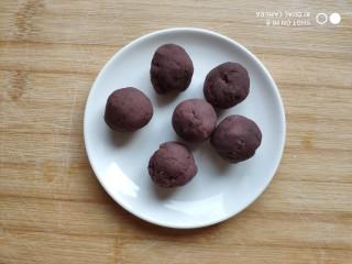 土豆造型豆沙包(馒头),豆沙馅分成15克一个或自己喜欢的大小,搓成圆球。