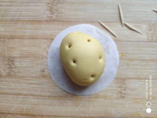 土豆造型豆沙包(馒头),做好的土豆面团上用牙签插上几个孔。