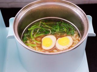 茼蒿羊肉卤味面,看见茼蒿断生变色的时候,放入卤蛋热一下,即可关火,卤蛋也可以不用加热哟。