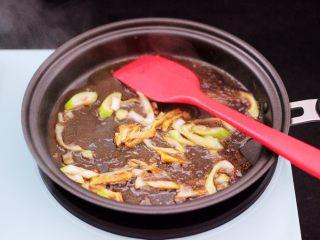 茼蒿羊肉卤味面,加入肉汤大火烧开后关火。