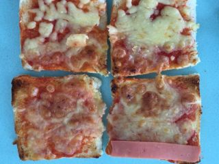 自制三明治,芝士吐司上面先放火腿片。