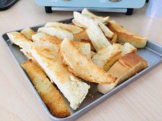 自制三明治,剩下切掉的吐司边可以烤一下,当零食吃。