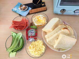 自制三明治,准备好一切食材。