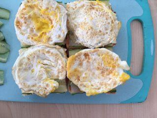 自制三明治,铺上荷包蛋。