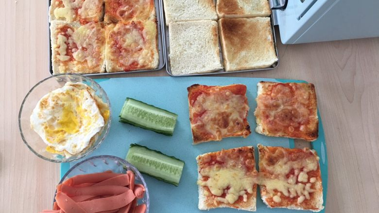 自制三明治,准备开工。