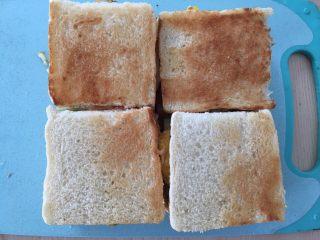 自制三明治,最后盖上芝士吐司。