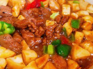 杏鲍菇牛肉粒,加青红椒,盐,鸡精,翻炒均匀,最后大火收汁