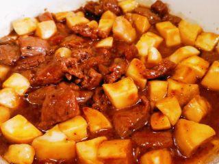 杏鲍菇牛肉粒,加黑胡椒酱,加料酒,翻炒,再加少许水,焖煮片刻