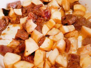 杏鲍菇牛肉粒,放入牛肉粒,加生抽,翻炒