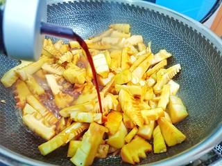 舌尖上的美味【油焖笋】,加生抽调味提色。