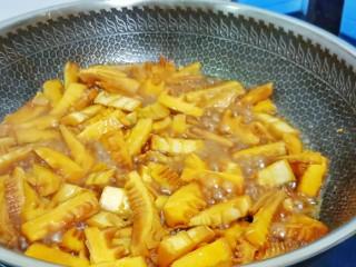 舌尖上的美味【油焖笋】,再加适量的清水,开中火慢慢炖至雷笋入味。