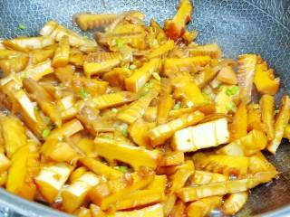 舌尖上的美味【油焖笋】,汤汁差不多就可以收汁了,出锅前撒点葱花提香。