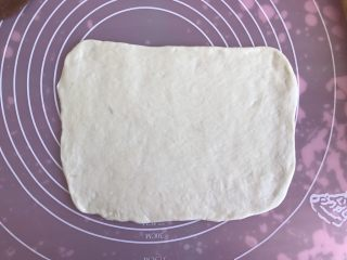 双色小馒头,两个面团分别擀成长方形的长片