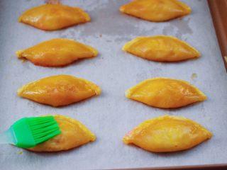 草莓芝士酥~蛋挞皮版,鸡蛋打散搅拌均匀后,把每个草莓芝士酥均匀刷上蛋液。