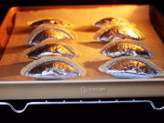 草莓芝士酥~蛋挞皮版,把烤盘入东菱烤箱中层。