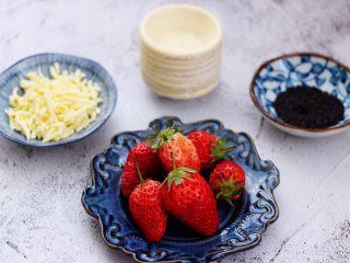 草莓芝士酥~蛋挞皮版,首先备齐所有的食材,蛋挞皮提前从冰柜取出来。