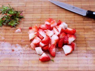 草莓芝士酥~蛋挞皮版,草莓洗净后,用刀把草莓切除尾部后,再切成小丁。