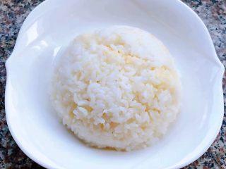 肥羊盖浇饭,米饭装入碗中再倒扣在盘中备用