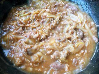 肥羊盖浇饭,大火快速翻炒使肥羊卷和洋葱完全和调味料混合均匀入味即可出锅享用