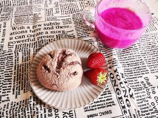 无油无糖紫薯麻薯欧包,杯子里是女儿给打的火龙果酸奶汁,完美。
