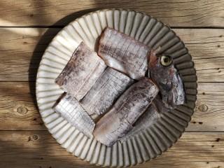 红烧带鱼,带鱼处理干净洗净晾干(或用厨房纸吸干表面的水)切约6-7厘米的段,然后两面打花刀。