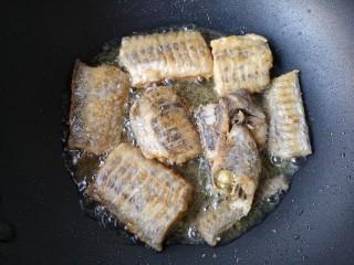 红烧带鱼,将两面都煎挺实。
