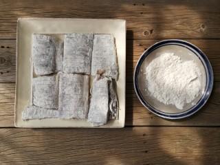 红烧带鱼,将腌好的带鱼表面均匀裹一层薄薄的裹炸粉。