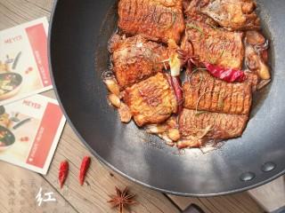 红烧带鱼,好的材质决定好的品质,MEYER锅采用矿物材质内外不粘,煎炸炒炖健康无烟,让你爱上下厨的乐趣。