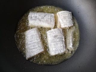 红烧带鱼,锅中适量油(用来煎鱼不用太多)烧至5成热后下鱼,不要翻动。