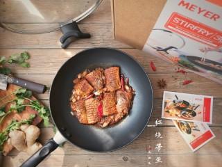 红烧带鱼,工欲善其事,必先利其器。要想把鱼做得好,鱼肉完整不散,不粘;鱼皮不破,首先要有一口囡姐这样的好锅来加持。