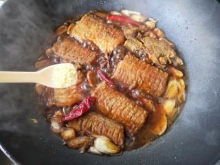 红烧带鱼,盖上锅盖,转中火焖煮8-10分钟,开启锅盖尝一下汤汁咸淡,再根据个人口味适当加盐或鸡精。(味极鲜酱油和红烧酱油已经有咸味,加盐请慎重!)