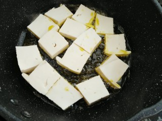 藜蒿烧豆腐,放入豆腐中火煎制