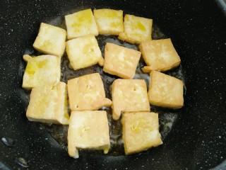 藜蒿烧豆腐,煎制三分钟左右翻另一面煎制